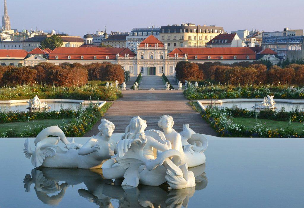 Unteres Belvedere mit Brunnen und blühenden Gärten im Vordergrund