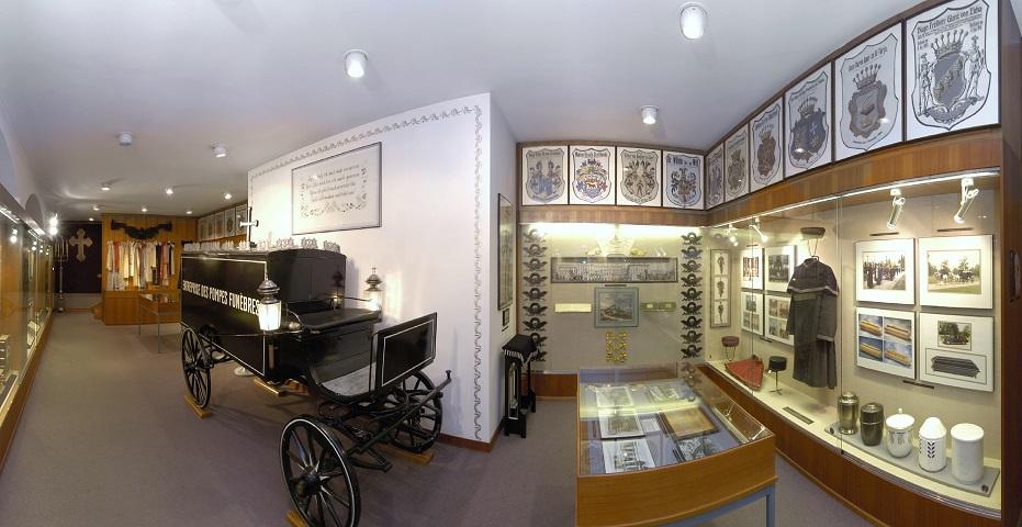 Ein Blick in das Bestattungsmuseum mit altem Fuhrwerk