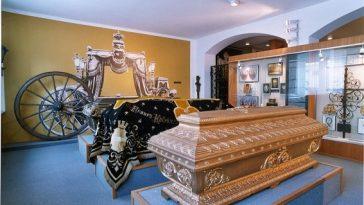 Särge im Bestattungsmuseum