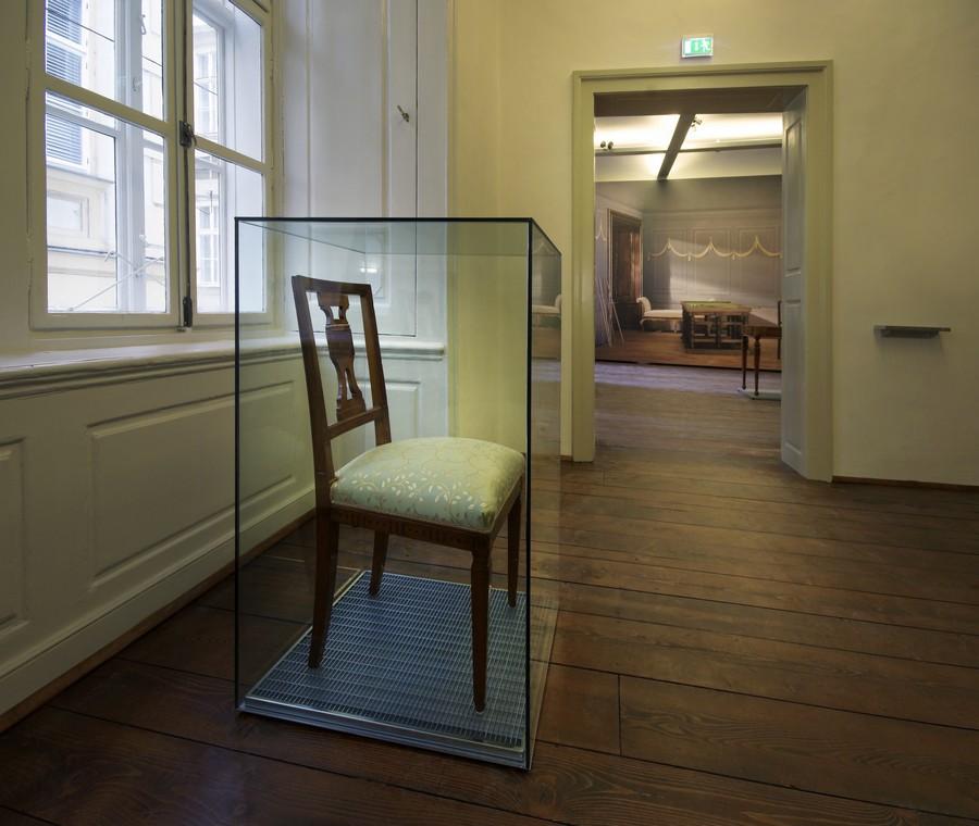 Gästezimmer mit historischem Möbelstück aus Mozarts Zeit,