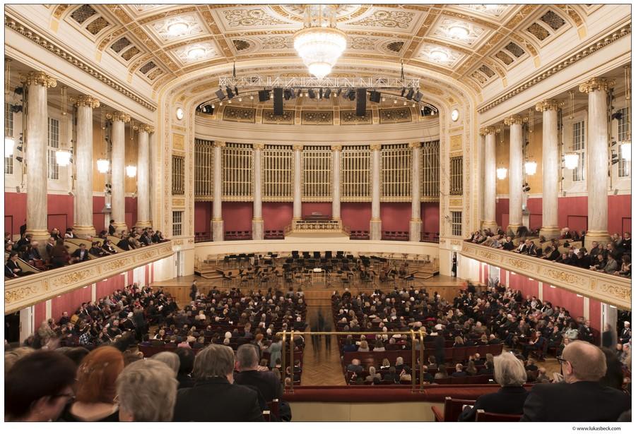 Großer Konzertsaal mit Besuchern