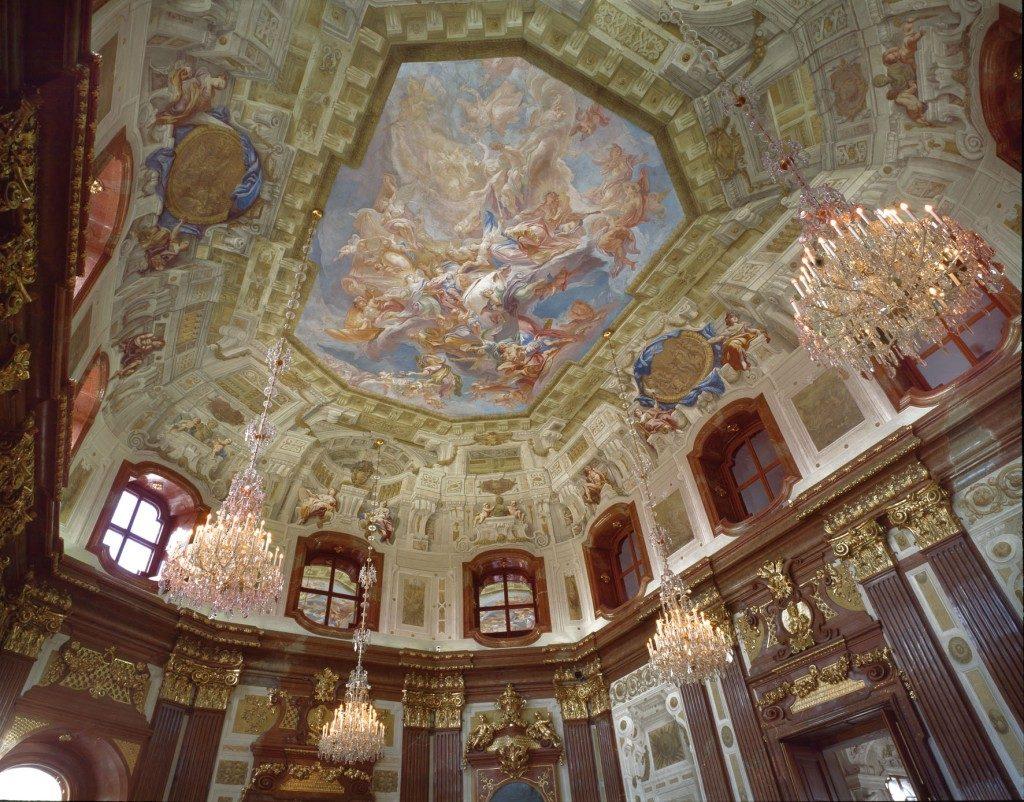 Deckengemälde von Carlo Innocenzo Carlone im Marmorsaal im Oberen Belvdere