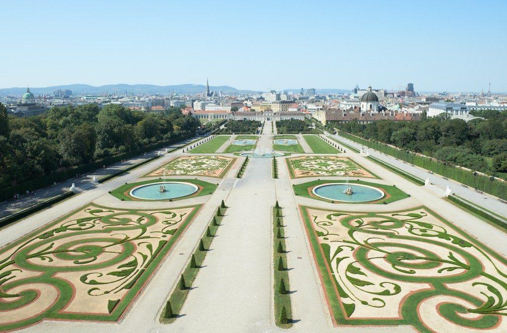 Blick aus dem Schloss auf den Belvederegarten