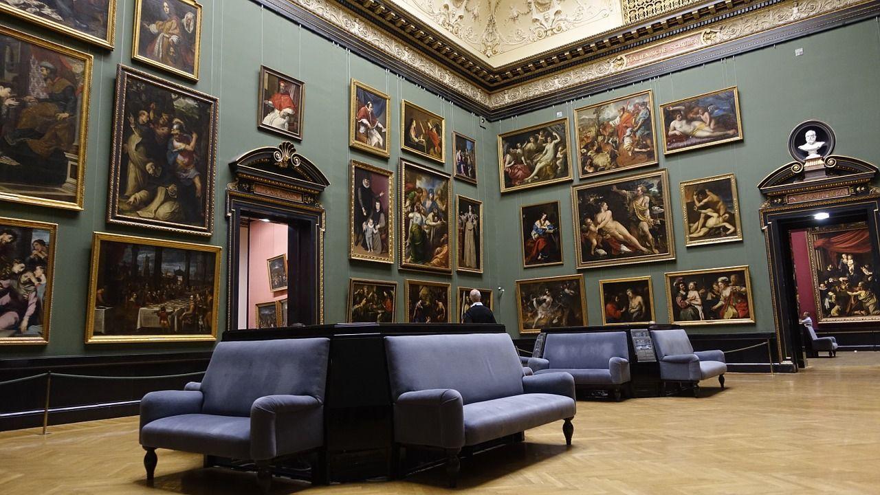 viele Gemälde in einem Raum