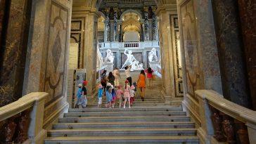 Treppenaufgang historisches Gebäude mit Kindern