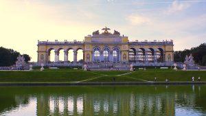 Frontansicht der Gloriette im Schlosspark von Schönbrunn