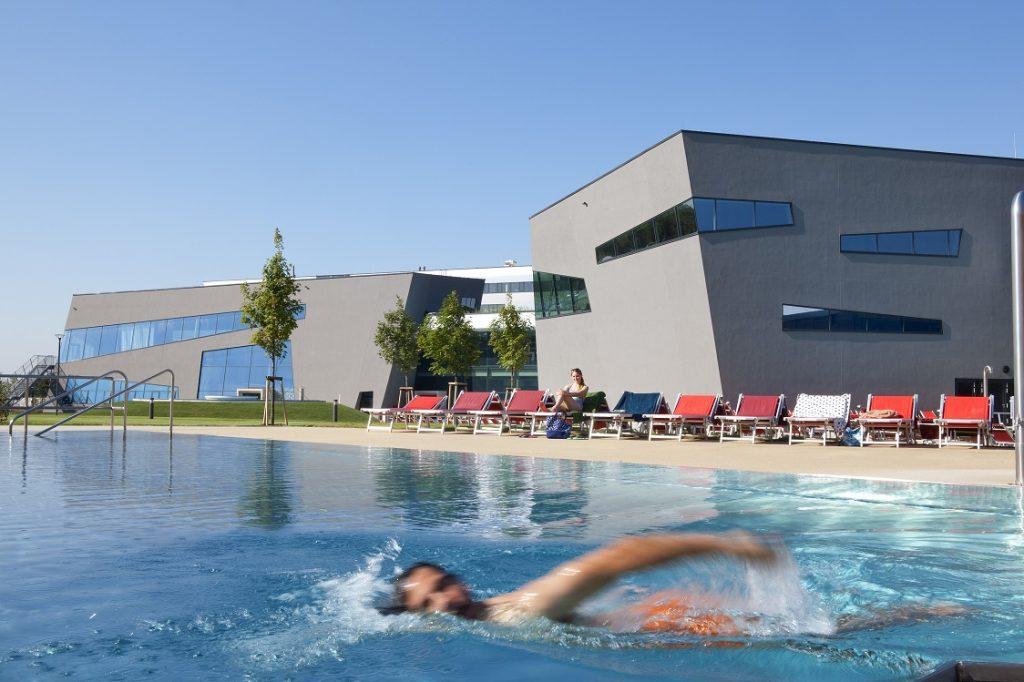 Mann schwimmt im Sportbecken der Therme