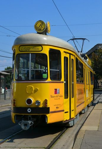 die gelbe Wiener Ring Tram in Fahrt