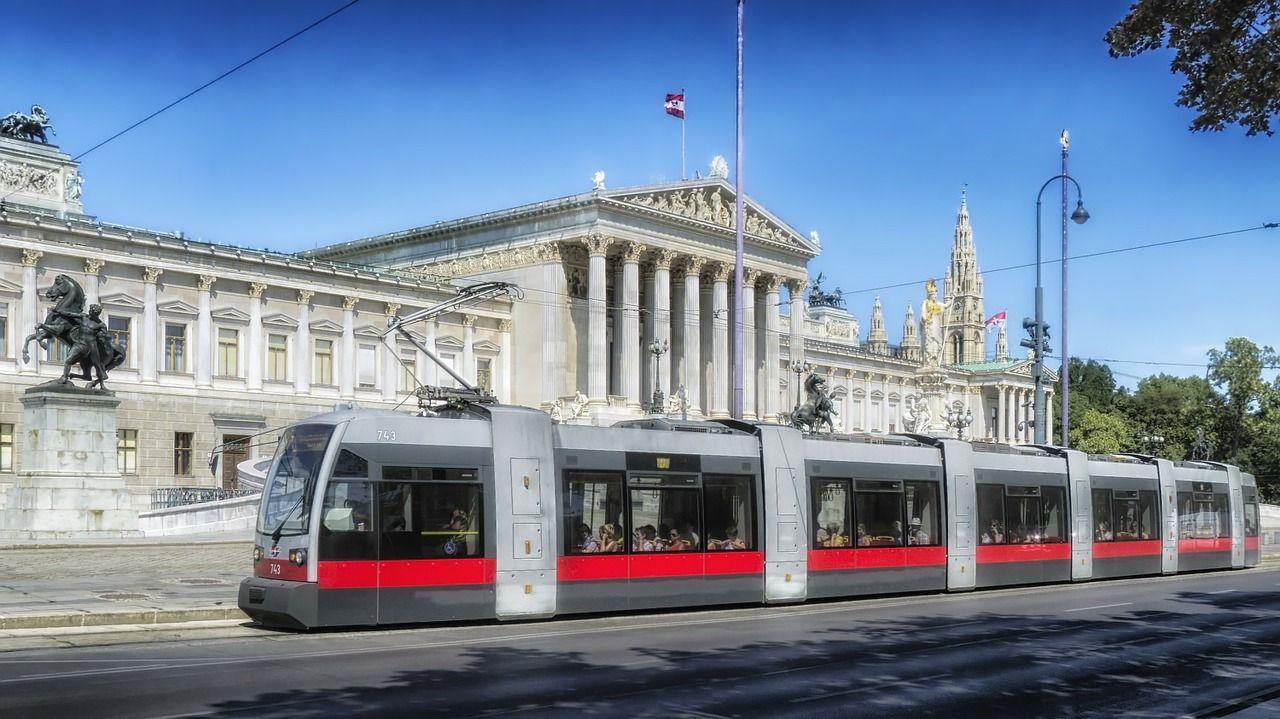 Straßenbahn fährt vor dem Parlament