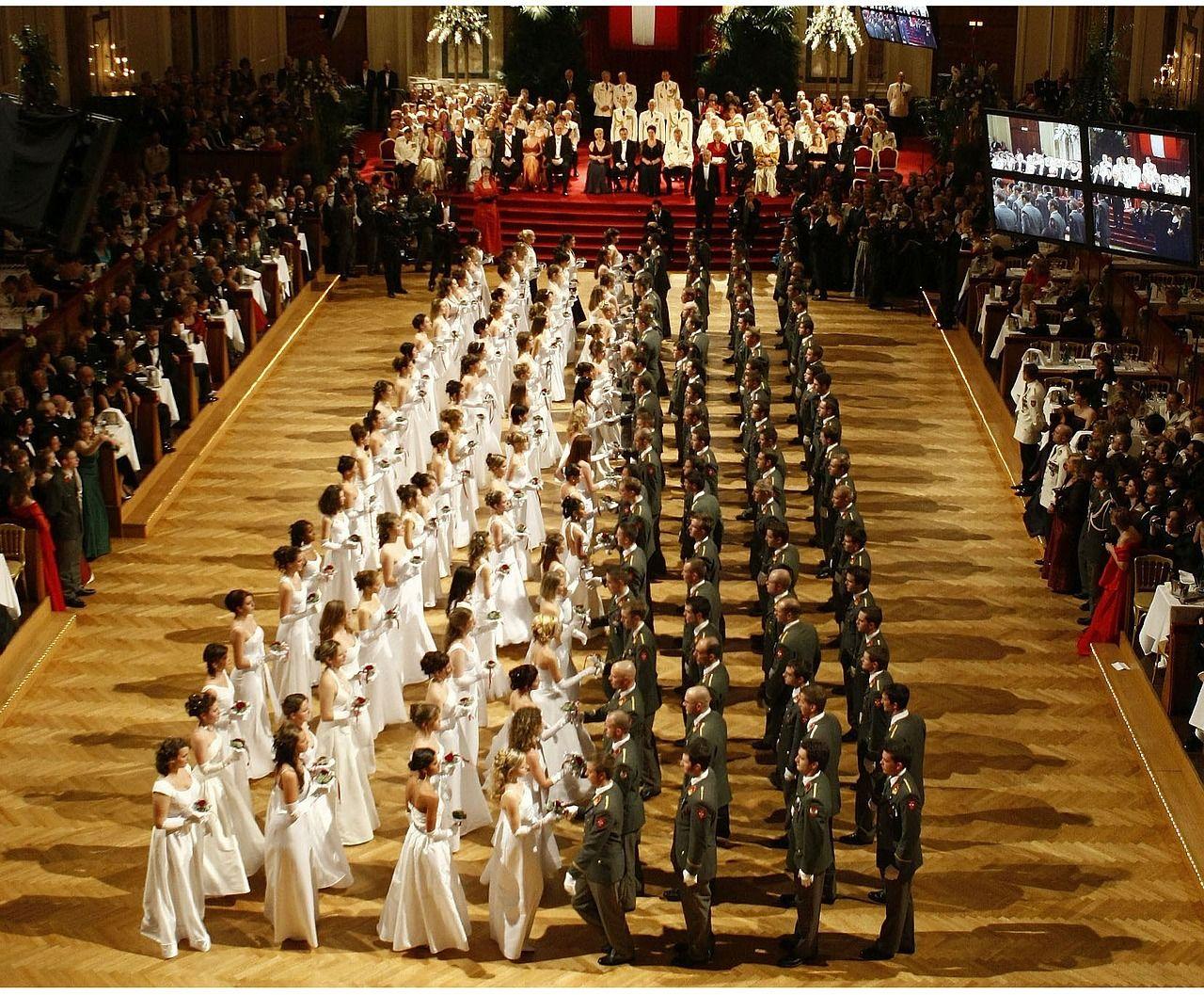 junge Menschen beim Eintanzen des Opernballes