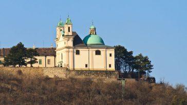 Außenansicht der Kirche am Leopoldsberg oberhalb der Stadt