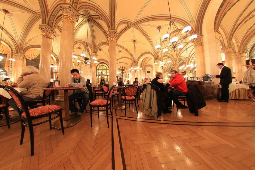 Innenansicht Cafe Central mit Gästen