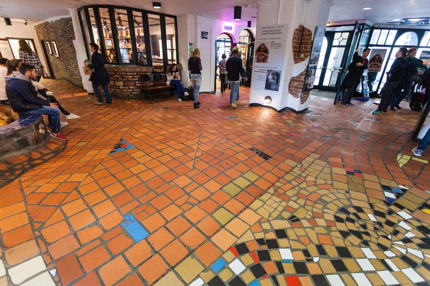 von Friedrich Hundertwasser verschönerter Eingangsbereich