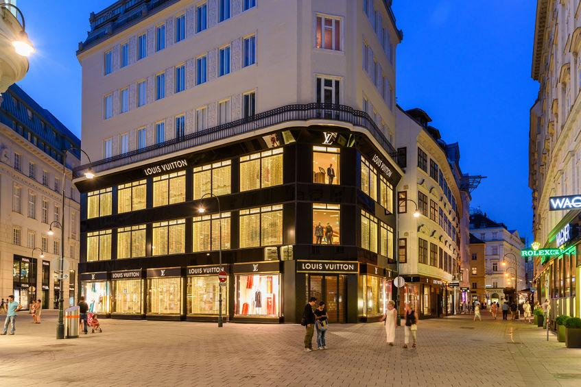 Menschen auf der Einkaufsstraße Tuchlauben vor Louis Vuitton Geschäft