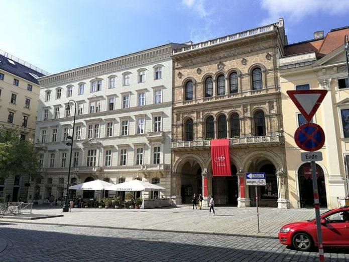 Auf der Freyung mit Blick auf das Palais Ferstel
