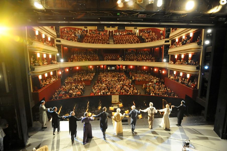 Volksoper Wien Schlussaplaus My Fair Lady: Blick von der Bühne in den Zuschauerraum