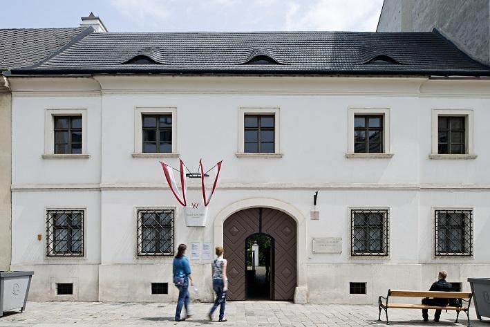 Außenansicht des Geburtshauses von Franz Schubert mit 2 Menschen