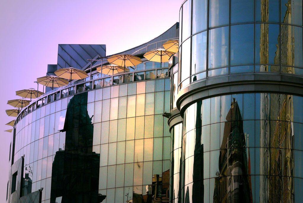 Haas Haus in Nahansicht mit Blick auf den Aussenbereich des Restaurants