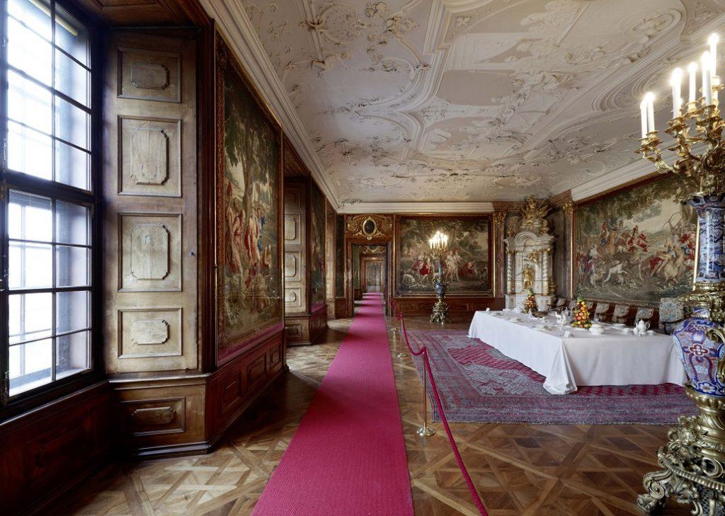 Speisezimmer im Kaisertrakt mit vielen Wandgemälden