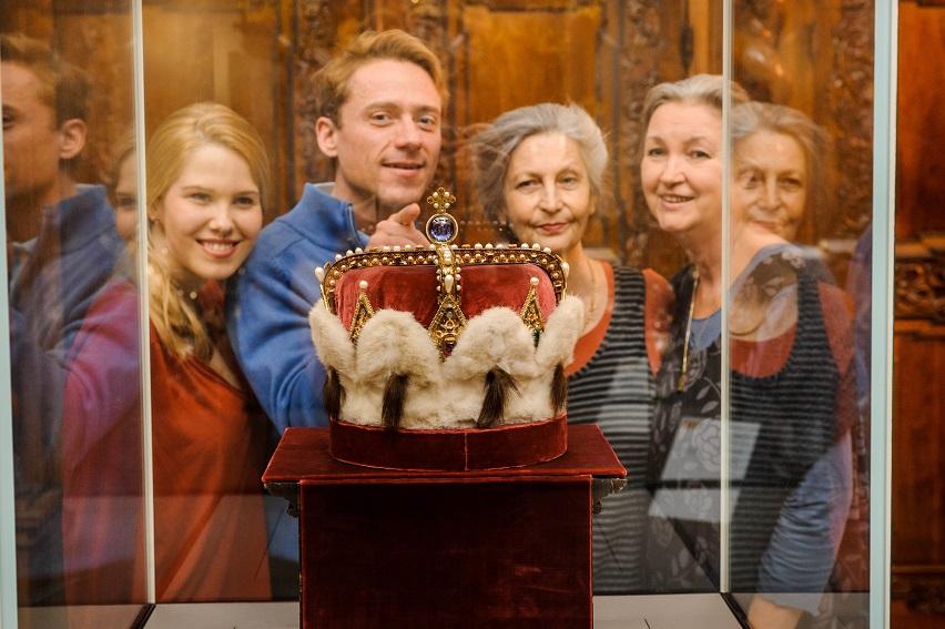 Besucherinnen und Besucher vor dem österreichischen Erzherzogshut Foto: Rita Newman