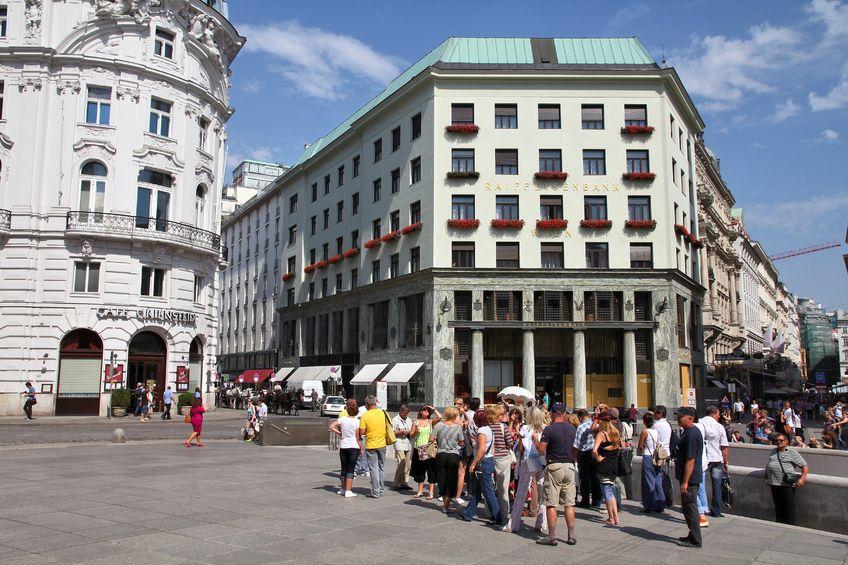Touristengruppe auf dem Michaelerplatz