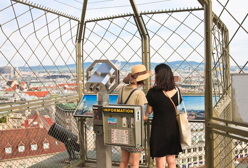 Touristen auf der Aussichtsplattform der Kathedrale von St. Stephan