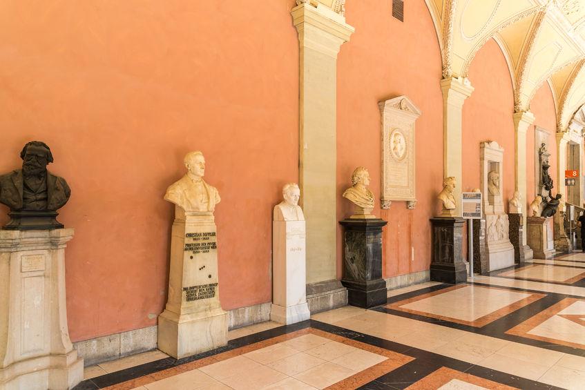 Denkmäler im Arkadenhof der Universität Wien