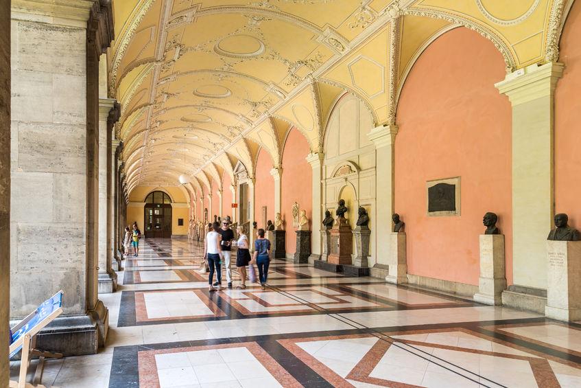 spazierende Personen im Arkadenhof der Universität Wien