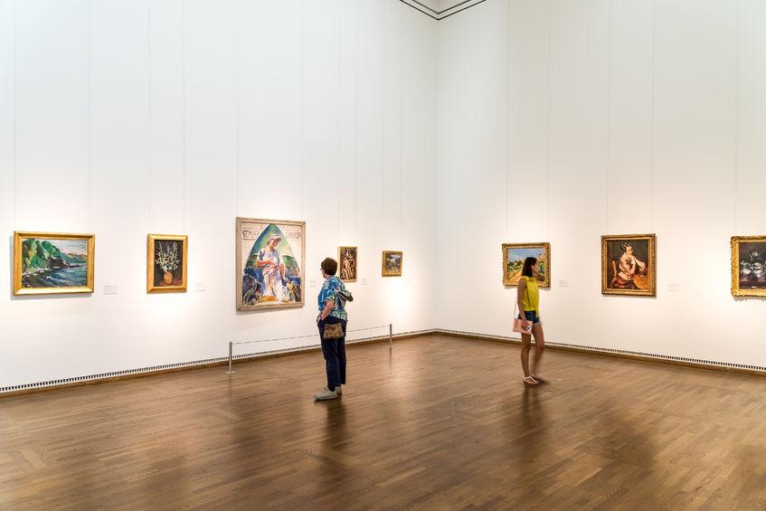 Ausstellungsbereich mit Besuchern im Leopold Museum