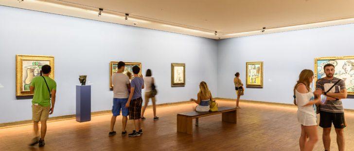 Ausstellungsbereich mit Besuchern in der Albertina