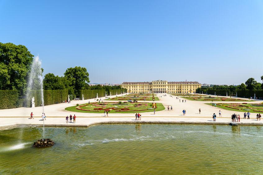 Blick über den Schlosspark Schönbrunn mit vielen Menschen im Park