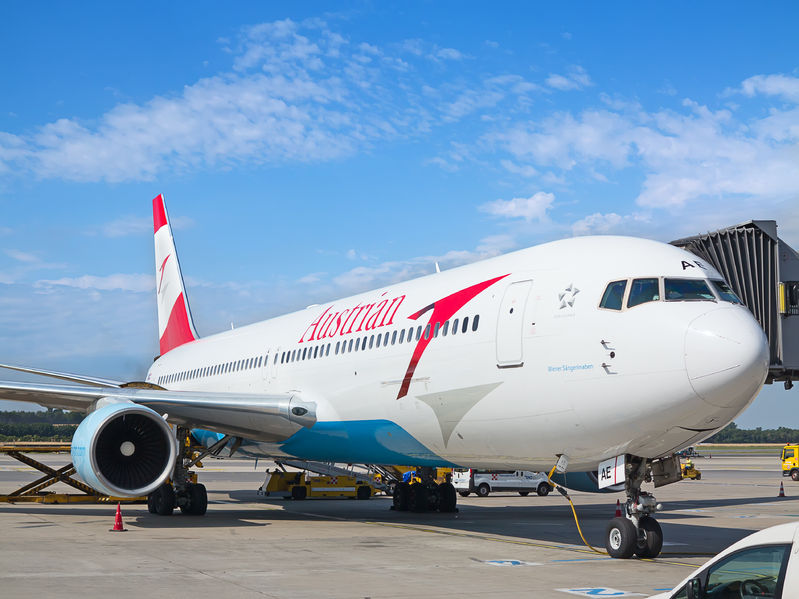 austrian airlines a-319 preparing for take-off in vienna airport