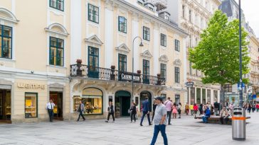 people walking and shopping in karntnerstrasse
