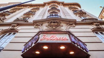 """Eingangsbereich mit Schriftzug """"Kino Bellaria"""""""