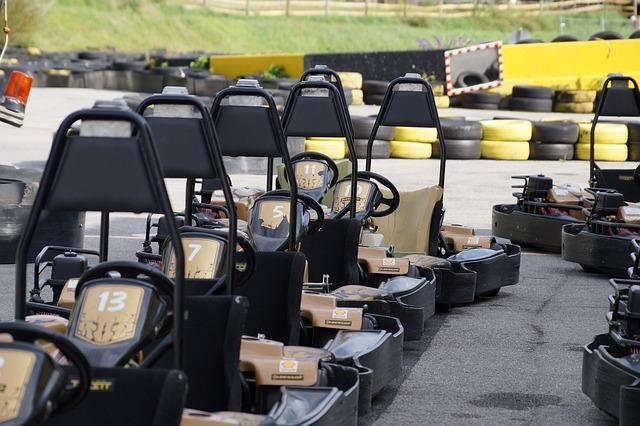 Go Karts in einer Reihe aufgestellt, fertig für den Betrieb