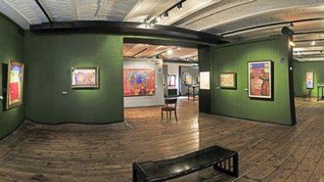 Ausstellungsbereich mit vielen Gemälden im Hundertwasserhaus