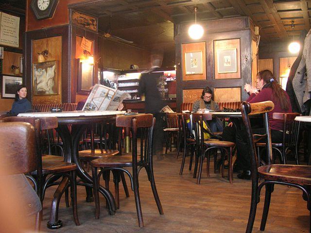 Innenbereich Cafe Hawelka mit Gästen