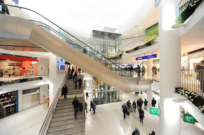 Treppen und Besucher im Einkaufszentrum BahnhofCity