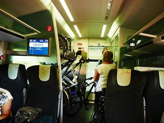 Deponierte Fahrräder im Bahnwaggon