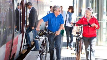 ältere Personen mit dem Fahrrad am Bahnsteig