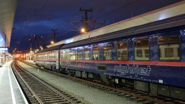 Bahn Nightjet auf einem Bahnhof