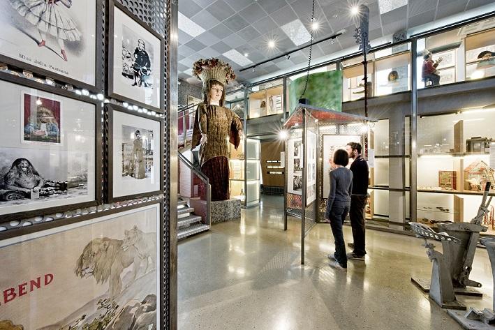 Ausstellungsraum mit Menschen im Museum