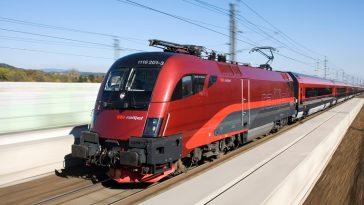 Zugwagen Railjet in Nahaufnahme während der Fahrt