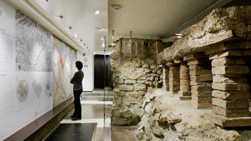 Dauerausstellung im Museum mit Karten der Altstadt