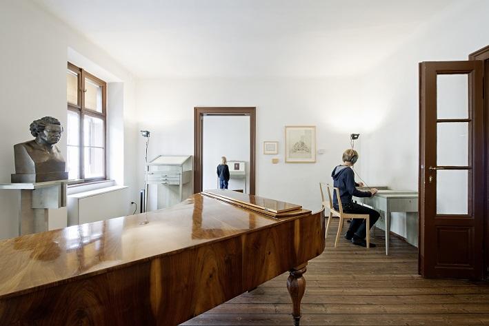 Innenansicht der Wohnung mit Klavier