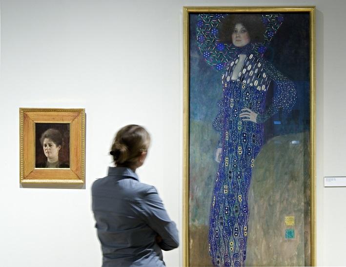 Gemälde von Gustav Klimt mit Betrachterin im Vordergrund