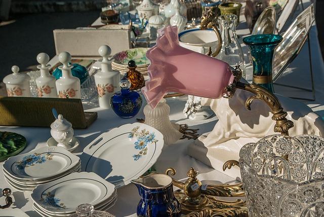 Flohmarktware Teller und Lampe