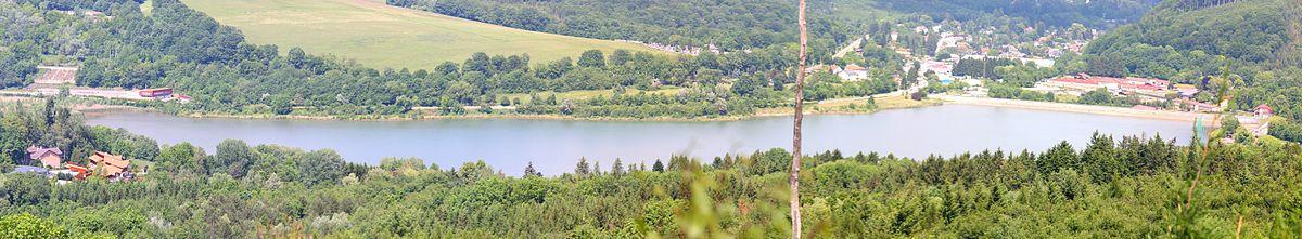 Panoramansicht von den Hügeln auf den Stausee