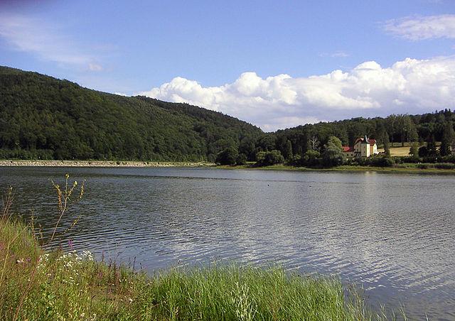 Anblick des Wienerwaldsees und eines Hauses am anderen Ufer des Sees