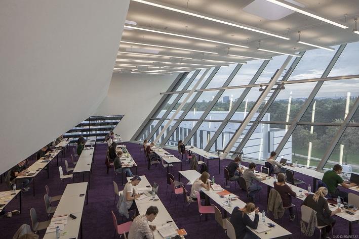Bibliothek mit Studierenden